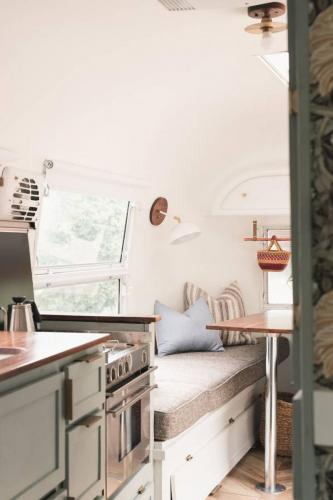 airstream-renovation-bonnie-christine-tiny-house-05